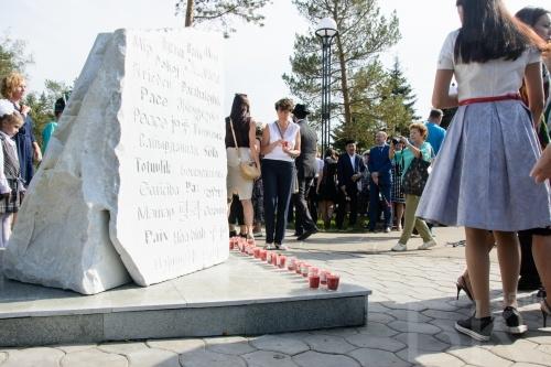 В Омске открыли памятный камень, просящий о мире на 29 языках
